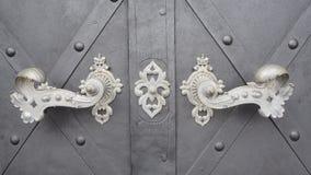 Vieille porte avec heurtoirs et fond gris de fer images stock