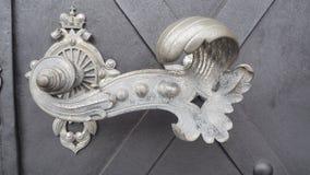Vieille porte avec heurtoirs et fond gris de fer photos libres de droits