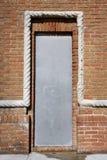 Vieille porte avec la couverture de sécurité en métal photo libre de droits
