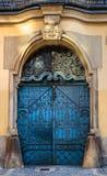 Vieille porte bleue antique fermée Photographie stock libre de droits