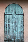 Vieille porte bleue en bois images stock