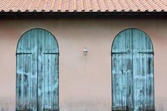 Vieille porte bleue en bois images libres de droits