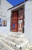 Vieille porte colorée dans Santorini Photos stock