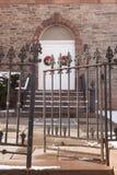 Vieille porte d'église avec des guirlandes de Noël Image stock