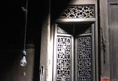 Vieille porte d'une maison traditionnelle chinoise Photos stock