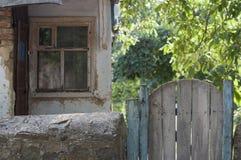 Vieille porte dans la cour Photo libre de droits