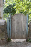 Vieille porte dans la cour Photo stock