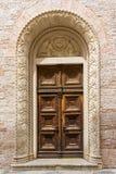 Vieille porte dans le bâtiment en pierre dans Kotor, Monténégro photos stock