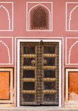 Vieille porte dans le palais avec les murs roses à Jaipur, Inde Images stock