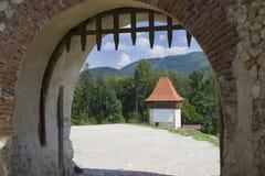 Vieille porte dans un mur en pierre de forteresse Images stock