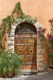Vieille porte dans une ville de la Toscane, Italie Photos libres de droits