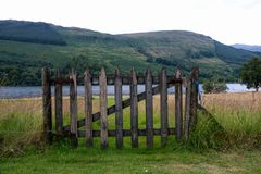 Vieille porte de bois de construction à un côté écossais de loch Photo libre de droits