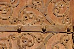 Vieille porte de Brown avec des ornements en métal Photographie stock libre de droits