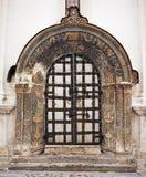 Vieille porte de cathédrale Photo libre de droits
