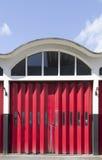 Vieille porte de garage de caserne de pompiers image stock