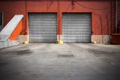 Vieille porte de garage en métal de bâtiment industriel photo stock
