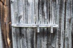 Vieille porte de grange superficielle par les agents Photo stock
