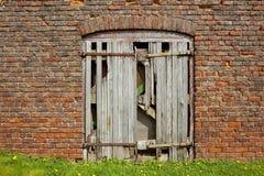 Vieille porte de grange superficielle par les agents photo libre de droits