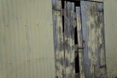 Vieille porte de hangar Photos stock