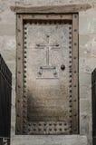 Vieille porte de monastère avec le décor en métal Image libre de droits