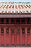 Vieille porte de pliage chinoise en bois découpée rouge de Wat Ratchaorotsara image stock