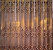 Vieille porte de pliage en métal avec rouillé images libres de droits