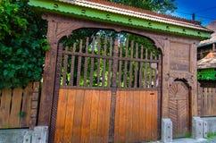 Vieille porte de rue faite main de la Transylvanie 2 Photographie stock