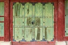 Vieille porte en bois à Séoul, Corée du Sud Photos stock