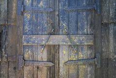Vieille porte en bois avec des éléments en métal Images libres de droits