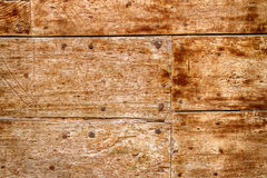 Vieille porte en bois avec des clous image libre de droits