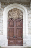 Vieille porte en bois avec des ornements dans le château d'un chevalier avec le snowin Photos stock