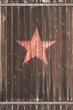 Vieille porte en bois avec l'étoile soviétique Image libre de droits