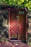Vieille porte en bois avec la grande brique de nature Image libre de droits
