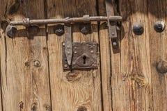 Vieille porte en bois avec le boulon Images libres de droits