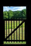 Vieille porte en bois avec le paysage rural dans une grange Photos stock