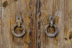 Vieille porte en bois avec les poignées en bois rondes photos libres de droits