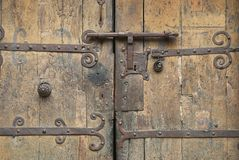 Vieille porte en bois avec une serrure antique en métal, Villefranche de Conflent, France Images stock