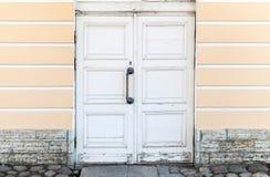 Vieille porte en bois blanche dans la façade classique de bâtiment Photographie stock