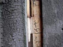 Vieille porte en bois bleue de bois de construction avec la charnière de porte blanche fanée photo libre de droits