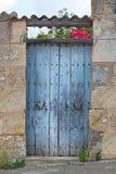 Vieille porte en bois bleue rustique avec le toit carrelé images libres de droits