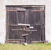 Vieille porte en bois boulonnée Photos stock
