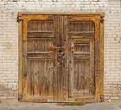 Vieille porte en bois brune Photos stock