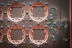 Vieille porte en bois décorative d'église Images stock