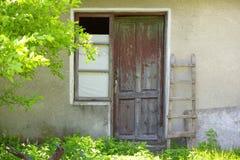 Vieille porte en bois d'une maison de vintage Images libres de droits