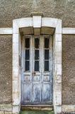 Vieille porte en bois dans la maison abandonnée, peu de village français Images stock