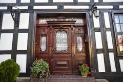 Vieille porte en bois dans les bâtiments à colombage photo libre de droits