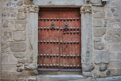 Vieille porte en bois de brun foncé avec deux heurtoirs à Toledo, Espagne photographie stock libre de droits
