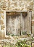 Vieille porte en bois de cru fermée Images libres de droits
