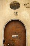 Vieille porte en bois de tuyau avec le nombre métallique 13 Photographie stock