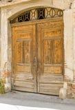 Vieille porte en bois encombrante photos stock
